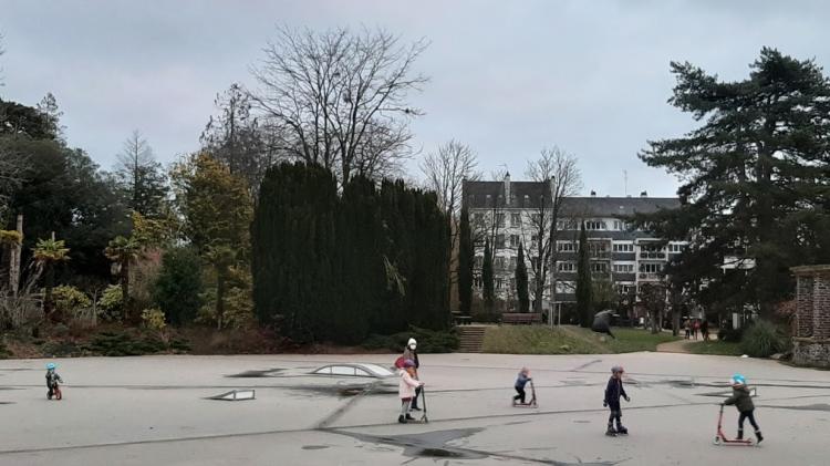 Des enfants s'amusent sur skate park de Maurepas