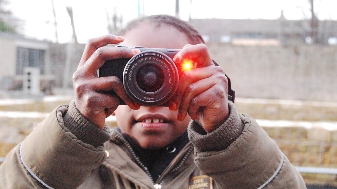 Une jeune reporter se prend en photo