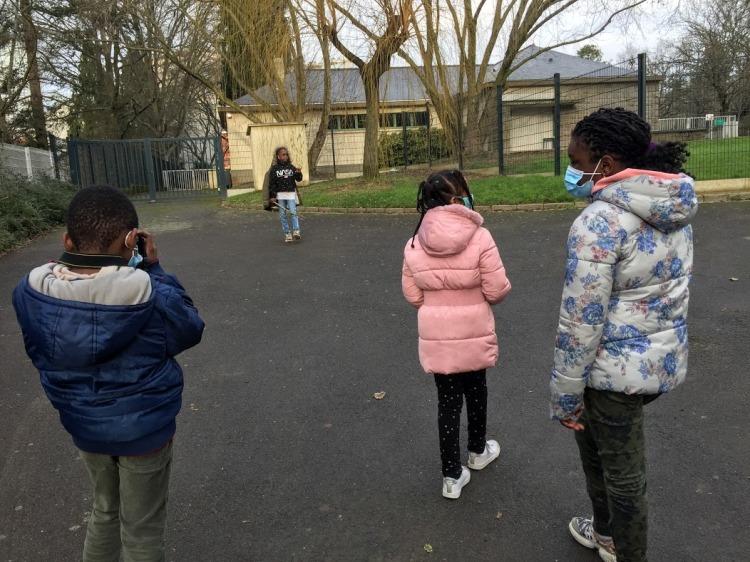 Des enfants se prennent en photo